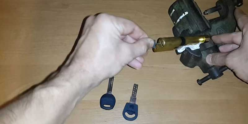 By pass ruột khóa đầu chìa đầu vặn 1 cách dễ dàng