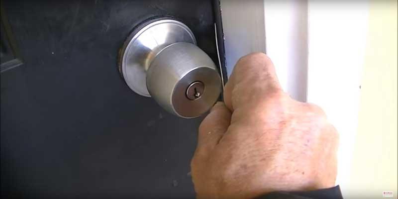Mở khóa nắm đấm 1 cách đơn giản bằng thẻ ATM